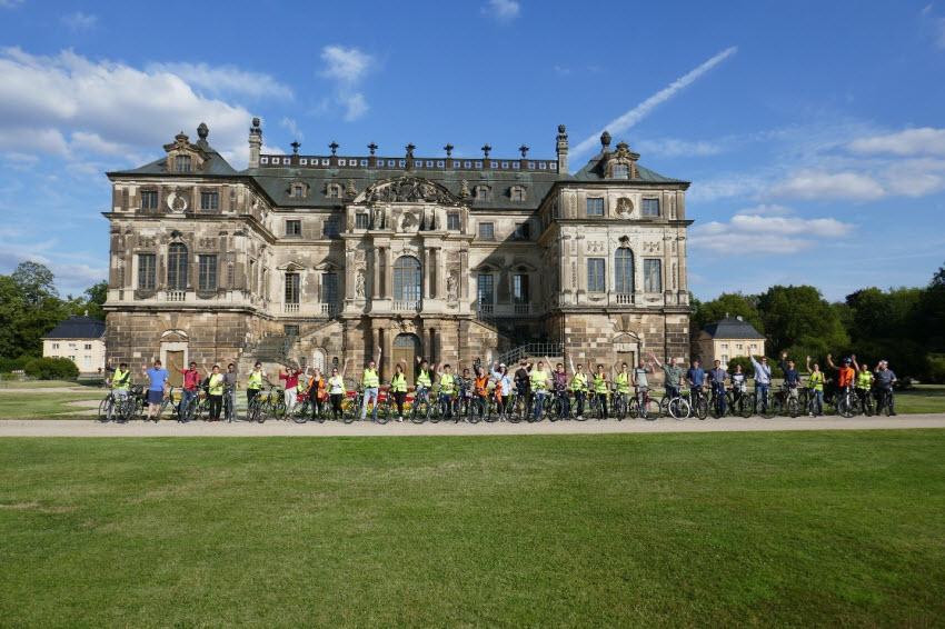 Participants of the GRK 2250/1 International Summer School on a bicycle tour in Großer Garten in Dresden